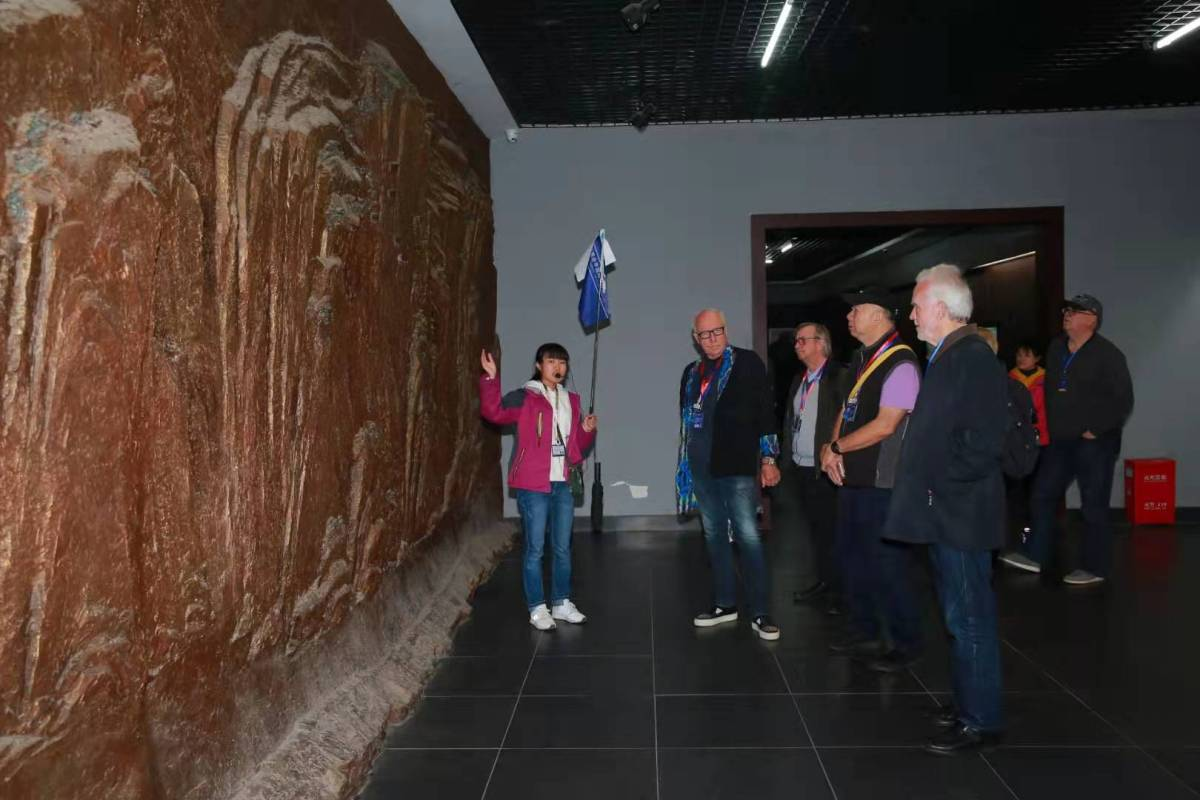 The foreign guests listened to the introduction of cliff-coffins
