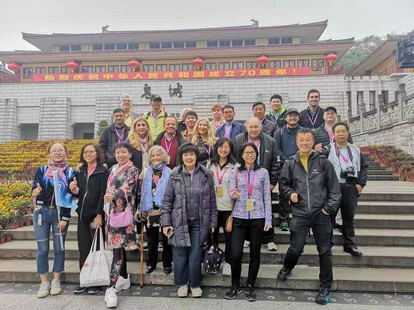 The travel agents took group picture in front of Fengdu Mingshan Scenic Spot