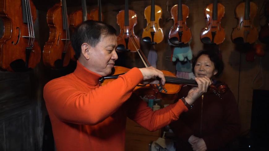 He Xirui plays the violin