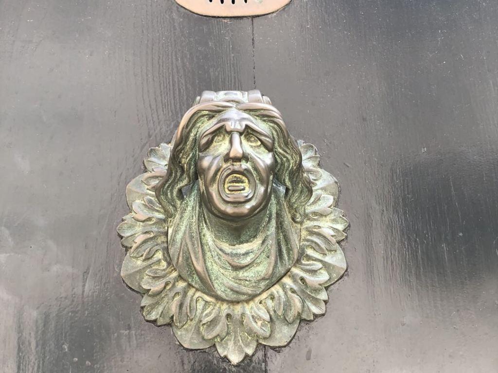 The screaming door