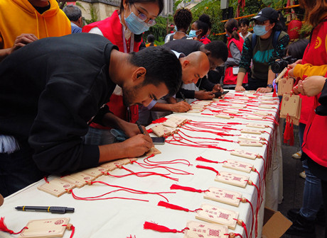 Foreign Guests Learn Traditional Culture at Mid-Autumn and National Day Event with Laowai @Chongqing