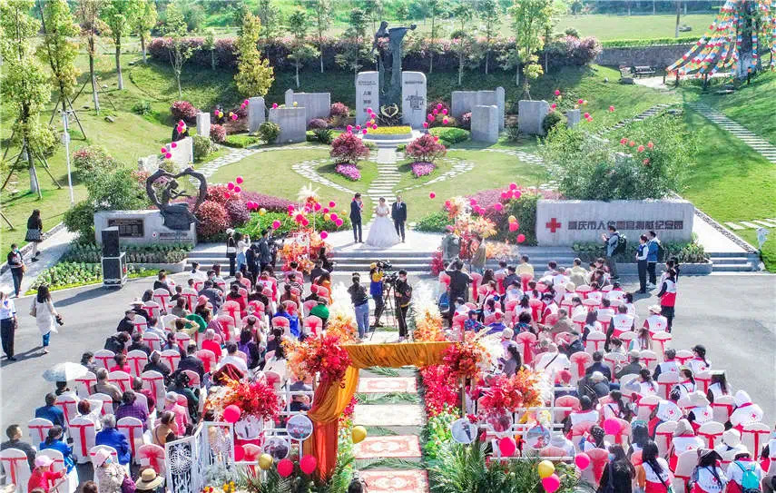 The wedding was held at Chongqing Municipal Human Organs Donation Memorial Park. Photo by Luojia