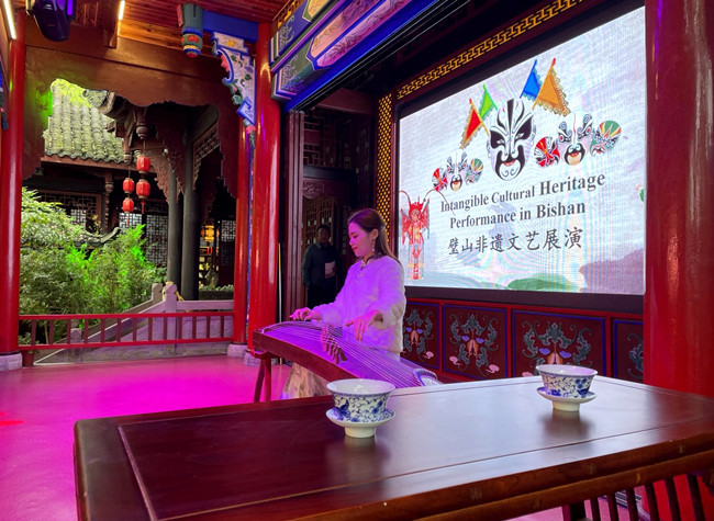 Overseas Consular Staff Amazed by Intangible Cultural Heritage in Bishan Xiu Lake
