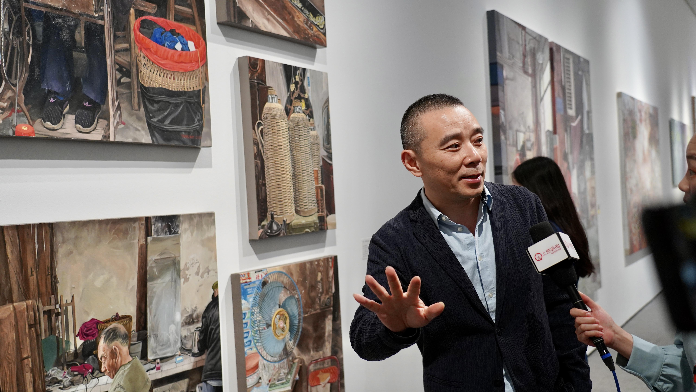 Jiao Xingtao, the Deputy Director of SCFAI, was doing a live stream at the exhibition. (iChongqing\Eiko Cheng)
