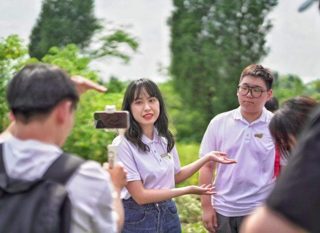 Hong Kong, Macao Youth Experience the Magical Uses of Mugwort in Tongliang