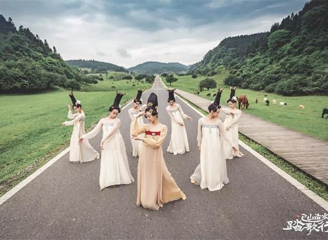 Beauty Walk Dance Showcases Natural Beauty of Chongqing